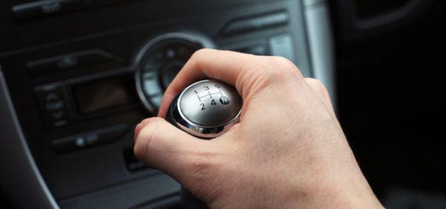 Машина дергается при движении на малых оборотах – причины и методы устранения