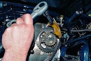Как зарядить механический натяжитель цепи на ВАЗ?